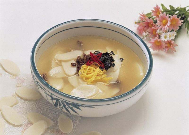 Canh bánh gạo là món ăn mà người Hàn thường thưởng thức vào dịp năm mới